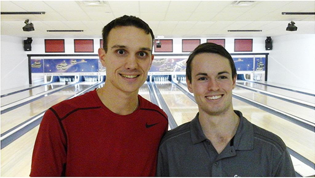 L'organisateur du tournoi, Jocelyn Éthier, félicite le champion Étienne Thomas (à droite).