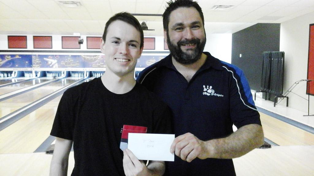 Étienne Thomas, 2e place, reçoit son chèque des mains de Mathieu Houle.
